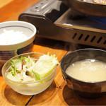 松尾ジンギスカン - ご飯、味噌汁、サラダがセット