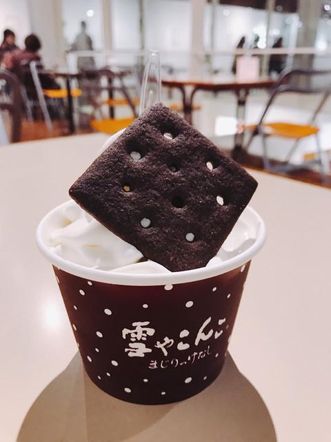 六花亭 小樽運河店 - 六花亭でソフトクリーム