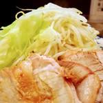 73659609 - 豚増しラーメン大盛り、野菜、アブラ③