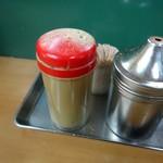 天亀そば - 「イワシ煮干粉末」と「七味」