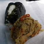 藤代 伊勢屋 - 混ぜご飯と鶏から(各145円)