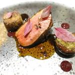 73668125 - スペイン産鴨胸肉のロースト 山椒の風味とポルトワインのソース 赤キャベツと黒ニンニクのジュレ ブータンノワールテリーヌのクロケット マッシュルームと赤キャベツのマリネ