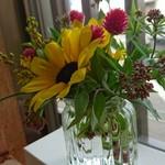 73672645 - 店内あちこちにお花があるよ
