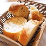 73674308 - ランチコース 1900円 のくるみパン、フランスパン