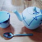 cafeZ - ダージリンのポット690円。小さいこのカップで五杯くらいはあった気がする。茶葉は抜かれてるので濃さが変わらなくていい。