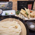 うどん山菜 塩屋 - 料理写真:天ざるうどんとサービスのライス