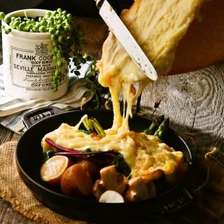 お肉料理にラクレットを追加!たっぷりとろとろ濃厚な味わい