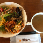夕日カフェ - 夕日プレートのサラダとおばんざい。味噌汁。