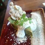 Cafe LINQ Takasegawa - 抹茶のタルト。ホワイトチョコでコーティングされたナッツも美味しい。