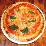 ピッツェリア マルーモ - マルゲリータは型にはめたようなとてもキレイな正円状。味は、赤坂で人気のエッセドゥエやサルヴァトーレには劣るものの、ナポリスや宅配ピザよりは上等かな。
