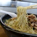 一元 - 料理写真:札幌みそらーめんですが細麺です、リフト