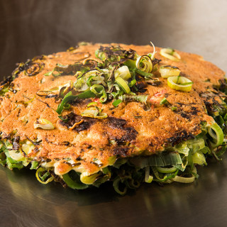 野菜たっぷりの【ねぎ焼き】は、ファンも多い人気の逸品