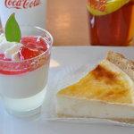 7371134 - 【2011年4月】 4皿目 苺のやわらか杏仁豆腐300円、北海道のなめらかチーズケーキ320円