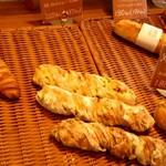 横濱港町ベーカリー玉手麦 - 枝豆とボロニアンソーセージ220円