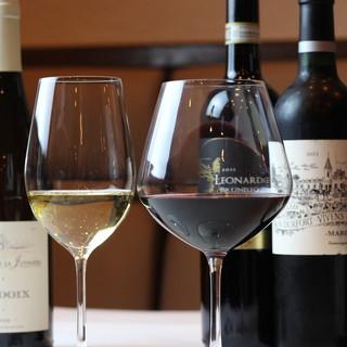ソムリエ厳選のワインが、料理をさらに引き立てる。