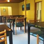無碍山房 サロン・ド・ムゲ - 奥の南側のテーブル席❗二人一組タイプが10組み程有りました。小さすぎる机❗