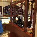 オーボンヴュータン 尾山台店 - 中央のレジカウンター