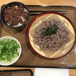 大津サービスエリア(下り線)スナックコーナー - ざるそばとそぼろ肉丼