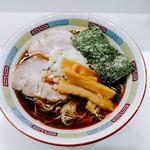 煮干鰮豚骨らーめん 嘉饌 - 料理写真:評判の正油らーめんは600円。歯応えの良さを残した美味しいチャーシュー2枚、メンマ、玉葱、海苔。