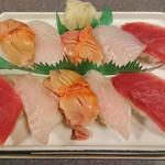 73722879 - おすすめ寿司3種盛り(1300円)まぐろ3貫、赤貝3貫、タイ4貫