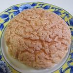 パン工房ふくろう - 料理写真:メロンパン140円。  最高級のモンレニオンバニラを使用したサクサクのクッキー生地を乗せて焼き上げたこの店の人気商品です。
