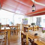 福 タイ料理 - 広々ウッドデッキで心地良い時間を過ごす。ペットとの食事も◎
