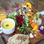 チャヤマクロビ - ・農園野菜とスーパーフードの15品目 サラダ&デリプレート 自然栽培野菜のすりおろしドレッシング ¥1400