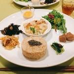 小鉢や - 太らない栄養バランスプレート @1,200円 ここにお椀つき。 「小鉢や」というけど、お料理は大皿のワンプレートです。