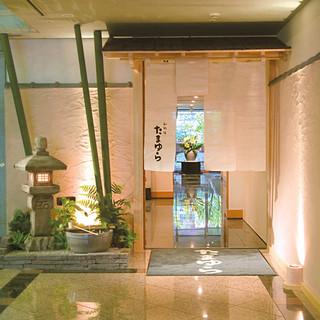 ホテルの1階、くつろぎのひとときを過ごせる和食料理店