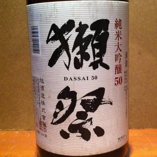 常時30種類の品揃、燗酒は好みの温度で1本ずつ燗付けします