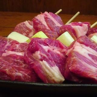 厳選された豚・鳥・羊・魚を炭火で味わう香ばしい串焼き