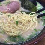 博多ラーメン長浜や - とんこつラーメン定番のストレート細麺。油断するとすぐ伸びるのでご注意を。