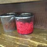 博多ラーメン長浜や - カウンターの上に紅生姜と(やけに赤い)辛子高菜。