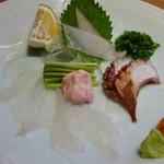 博多和食 いしくら - ◆お刺身盛り合わせ メニューに「カワハギ」があり食べたいね、と話していましたら出されたので嬉しいこと。