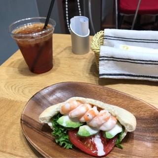 横浜水信 CIAL桜木町店 - 海老とアボガドのピタパンサンドウィッチとアイスティー。 税込680円。 美味し。