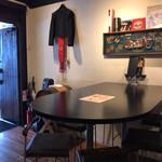 バー ミズ - 入り口近くのテーブル席