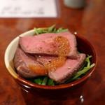 海鮮居酒屋 魚アツ - お通しの牛タタキ