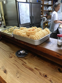 弥太郎うどん - ごぼう天はえび天の陰で出番待ち 冷蔵庫のホワイトボードには魚の品書き
