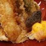 73779271 - 程よい甘味のタレに加え、卵黄天ぷらと黒トリュフの刻みペーストで食べるゴージャス天丼