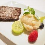 ステーキ そらしお - ステーキコース 5000円 のチョコレート、アイスクリーム、フルーツ添え