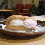 万寿庵 - ご注文後にカリッと焼いたソフトフランスパンにジェラートをはさんで食べる♪「パンdeジェラート 400円」