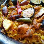 ラ ボデガ - 鶏もも肉とチョリソー、秋茄子、さつまいものパエリャ