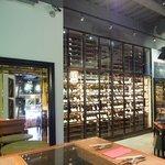 ワインハウス 南青山 - 店内のテーブル席の風景です
