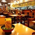 73786366 - 海鮮かき揚げ丼と店内の様子!