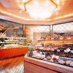 パティスリー SATSUKI - 焼きたてのパンと甘いスイーツの香り漂う店内