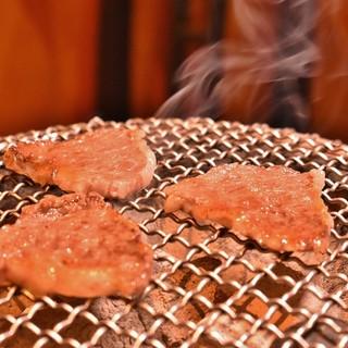 肉の旨味を引き出す七輪炭火