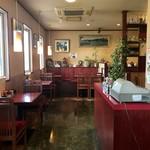 中華料理 なるたん - テーブル席、カウンター席、小上がり席ございます店内。