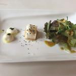 トリニティー - 前菜付きサラダはメチャ少ないです…。豆腐は3センチ角ほど、モッツァレラは1.5センチくらい。