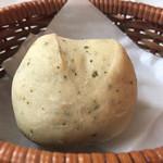 トリニティー - 自家製ハーブパンは熱々です。