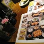 餃子の丸満 - 各テーブルに一輪挿し
